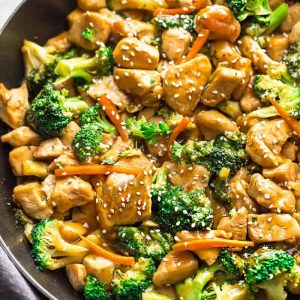 brInstant Pot Chicken and Broccoli Stir Fry - a popular Chinese takeout favorite made easily in the pressure cooker in under 30 minutes! Perfect for busy weeknights.