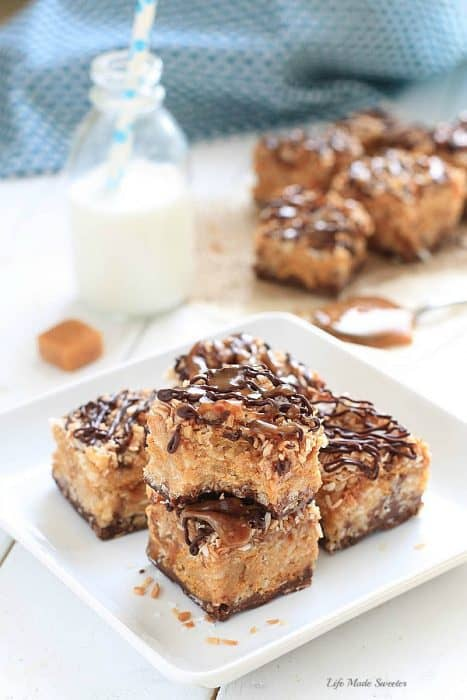 {No-Bake} Samoa Peanut Butter Cereal bars combine the beloved caramel, chocolate and coconut flavors of the popular girl scout cookies with peanut butter, Rice Krispies and Golden Grahams cereal by @LifeMadeSweeter