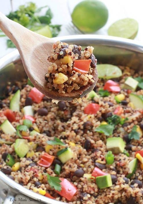 {One Skillet} Mexican Quinoa - An easy and healthy meatless quinoa dish made all in one pan with your favorite Mexican flavors - by @LifeMadeSweeter