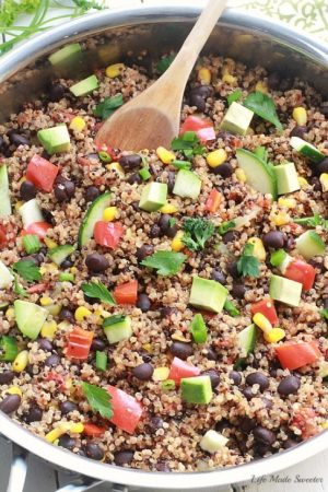 {One Skillet} Mexican Quinoa - An easy and healthy meatless quinoa dish made all in one pan with your favorite Mexican flavors - from @LifeMadeSweeter