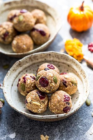 Pumpkin Energy Bites - the perfect easy and healthy no bake snacks for on the go or after a workout! Best of all, no refined sugar and super easy to customize and make ahead for packing into school or work lunchboxes. Full of cozy fall and pumpkin flavors with gluten free and nut free options.